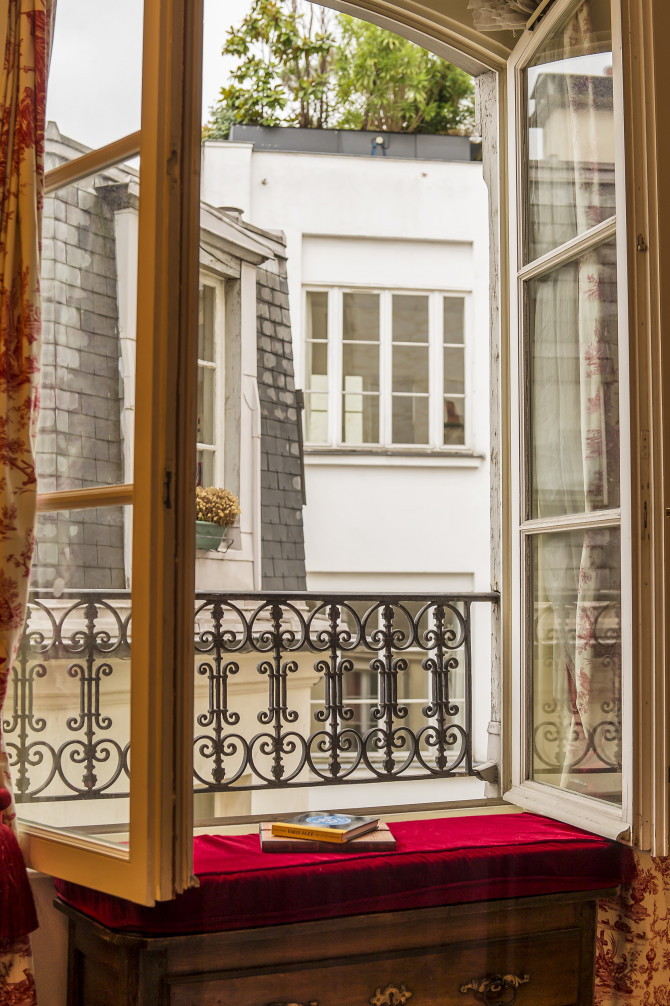 Centrally located pied-à-terre for sale in Paris; 75011(border ...