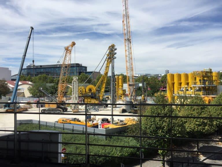 Chantier du chantier Grand Paris Express à proximité de la gare La Plaine - Stade de France à Saint-Denis. Photo prise du quai de la gare du RER B.